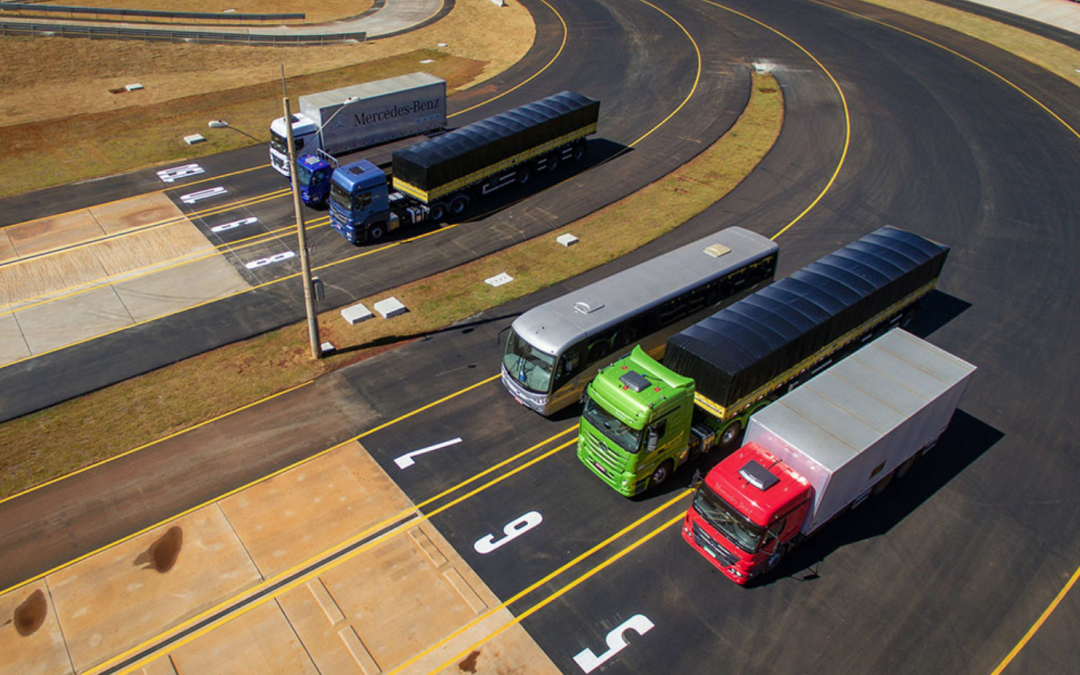 Mercedes-Benz inauguró en Brasil una avanzada pista de pruebas para camiones y buses